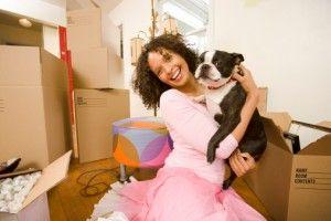 Femme chien tenant dans nouvelle maison