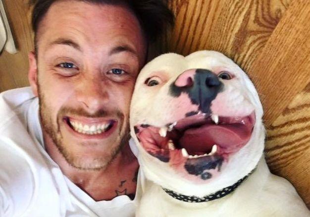 Après sa bienheureuse photo d`adoption va virale, la police dit diggy doit aller