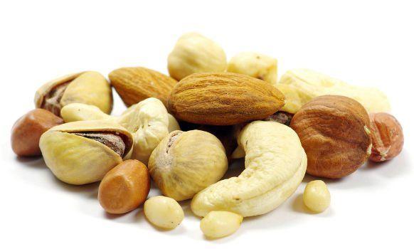 Mélange de noix sur fond blanc
