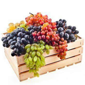 grappes mixtes de raisins en caisse sur bg blanc