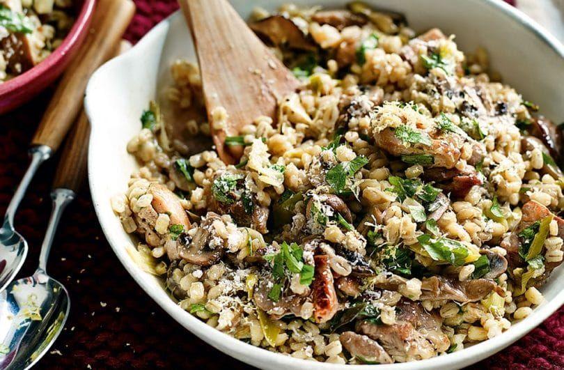 Viande avec perle crue l`orge, le riz et les haricots