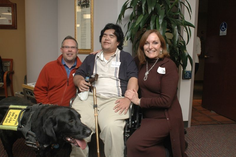 Nick et son chien de service, Image source Denver: Disability Law Colorado)