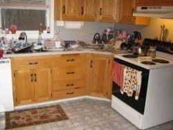 Une cuisine en désordre illustrant l`importance du chiot épreuvage la chambre